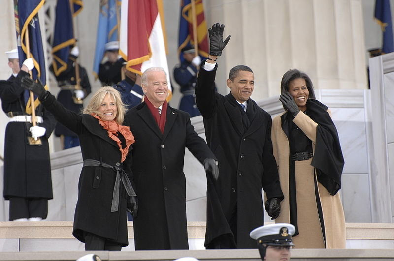 800px-obamas_and_bidens_at_lincoln_memorial_1-18-09_hires_090118-n-9954t-057