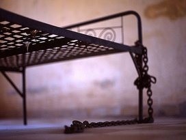 796px-tuol_sleng_chains