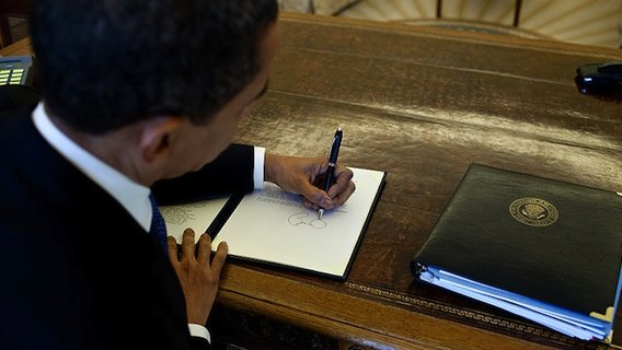 800px-barack_obama_signs_at_his_desk2