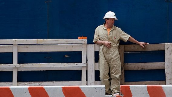 800px-nyc_-_construction_worker_resting_-_1365
