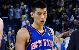 Jeremy_lin_with_the_knicks_and_reporters