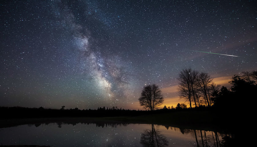 Bt_halley_dust_and_milky_way_final