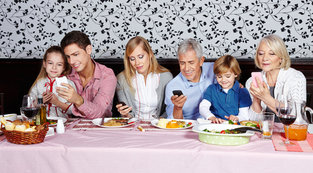 Restaurateurs Wage War on Smartphone Use