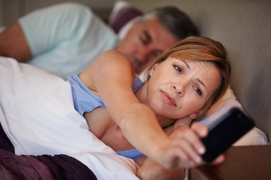 Mobile_phone_in_bed