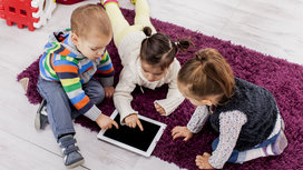 Kids_playing_with_tablet