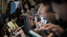 Smartphones_on_train