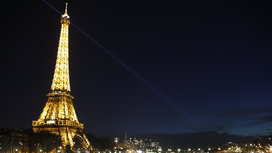 Eiffel_tower_at_night_beacon