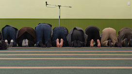 People_praying_mosque