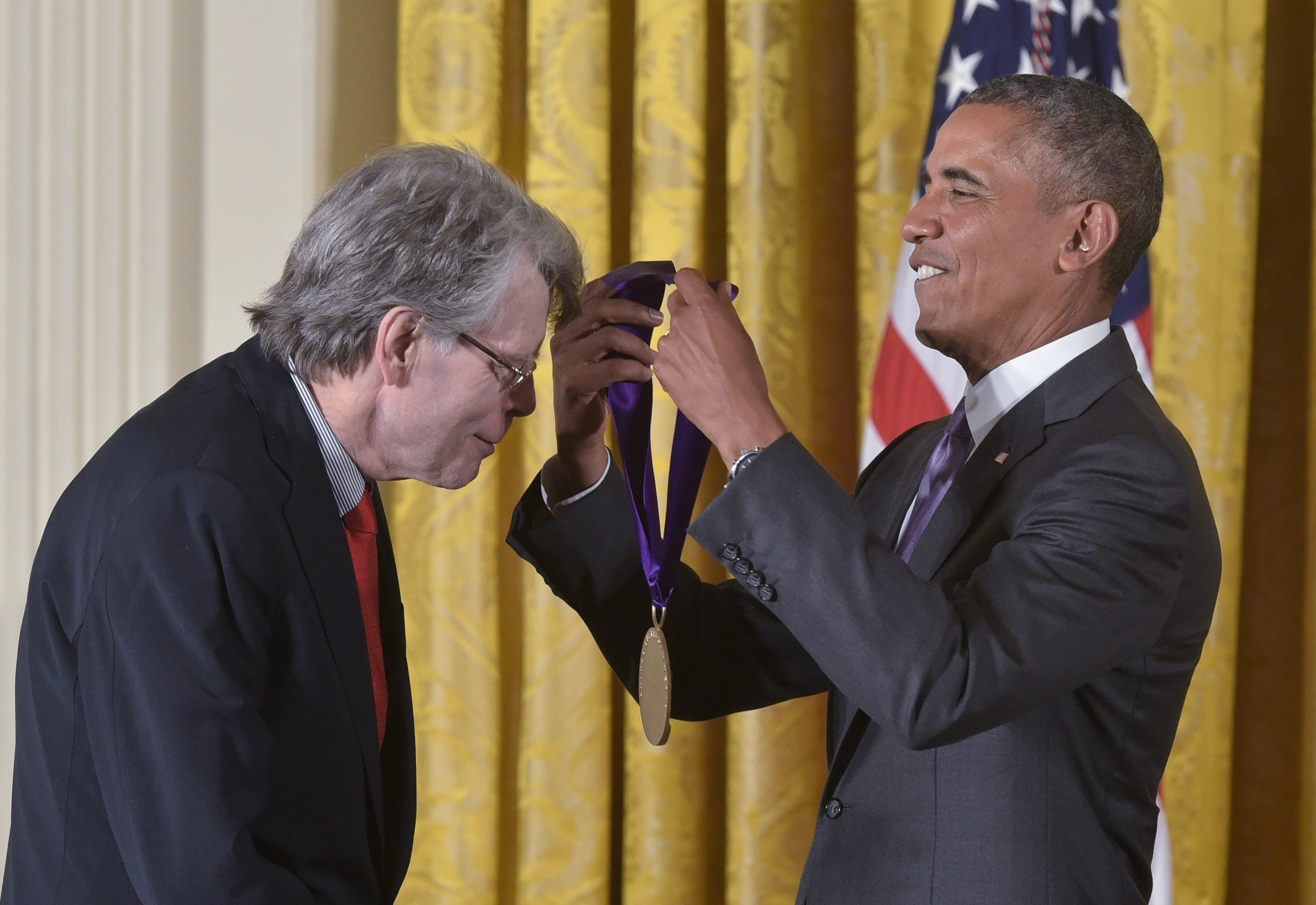 US President Barack Obama presents the 2014 National Medal of Arts to author Stephen King during a ceremony in the East Room of the White House on September 10, 2015 in Washington, DC. (Photo credit MANDEL NGAN/AFP/Getty Images)