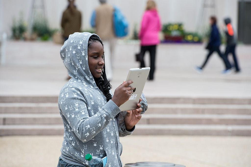 teen with iPad (Credit: Getty Images)